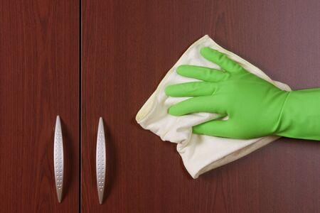 caoba: limpiador de manos a pulir la puerta del armario