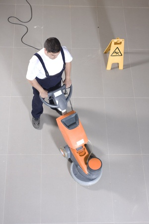 uniformes de oficina: limpiando el suelo con la m�quina