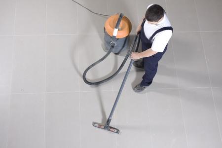 uniformes de oficina: limpiando el suelo con la máquina