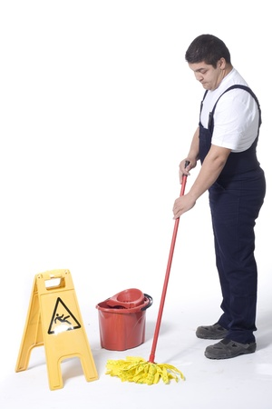orden y limpieza: limpiador es trapear piso Foto de archivo