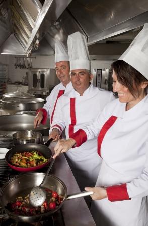 cocinas industriales: grupo de j�venes cocineros profesionales hermosas
