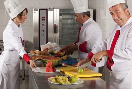 cocinas industriales: grupo de jóvenes cocineros profesionales hermosas
