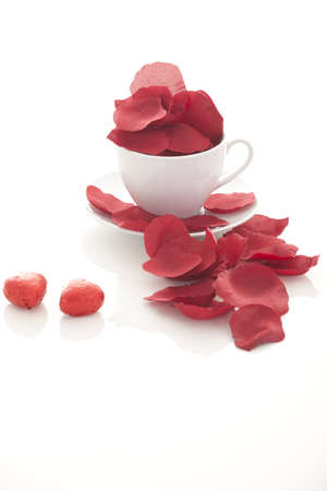 valentin: Coffee cup and rose petals