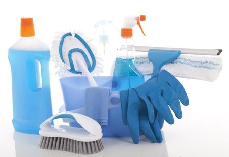 Kunststoff-Eimer mit Reinigungsmittel auf weißem Hintergrund