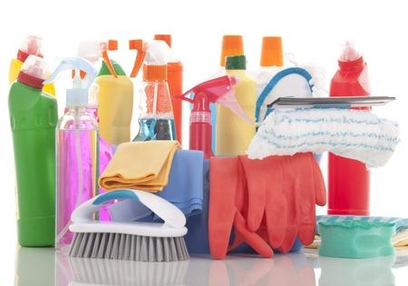 desinfectante: Cubeta de plástico con productos de limpieza en el fondo blanco Foto de archivo