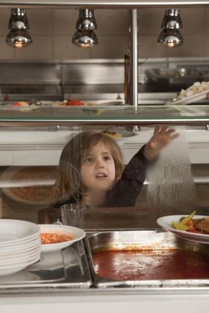 comedor escolar: niña en la cafetería de la escuela esperando el almuerzo
