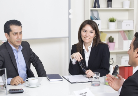 Mann erklärt über ihr Profil auf Business-Manager bei einem Vorstellungsgespräch