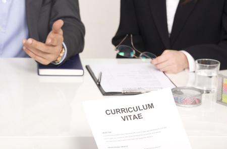 salaires: entrevue d'emploi avec deux interviewers