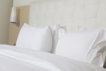 cama: Rey cama en una habitaci?n de hotel de lujo Foto de archivo