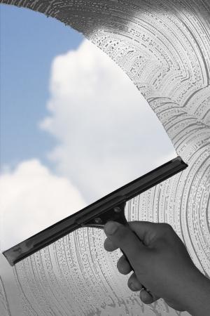 nettoyer: main avec l'outil de nettoyage de vitres