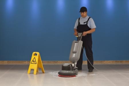 La pulizia dei pavimenti con macchina Archivio Fotografico - 20677782