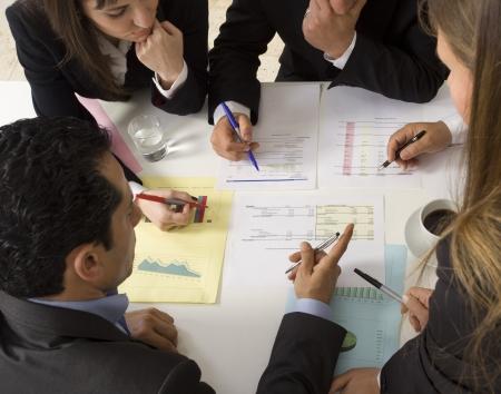 jornada de trabajo: Empresarios trabajando juntos en reuni?n de examinar el documento