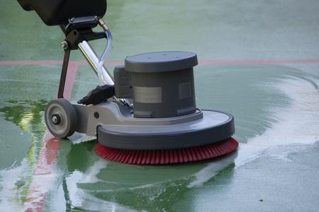 uniformes de oficina: limpieza de suelo con la máquina