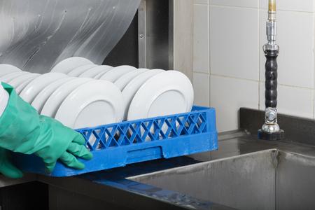 lavaplatos: lavavajillas grande cocina industrial y fregadero de acero inoxidable todo Foto de archivo