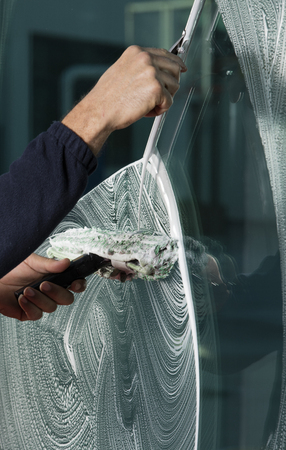 finestra di pulizia con una spatola