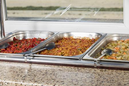 comedor escolar: Estación de servicio de almuerzo completo Foto de archivo