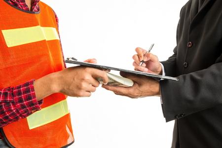 Trabajador de la construcción dando un soborno al endosante para aprobar el proyecto de trabajo. Concepto - corrupción. Foto de archivo