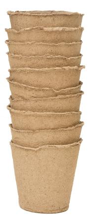 turba: macetas de turba aislados sobre fondo blanco