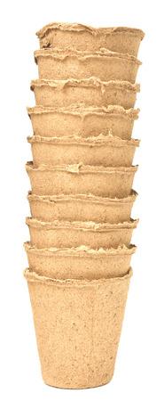 turba: Maceta de turba para las pl�ntulas en crecimiento aislados sobre fondo blanco Foto de archivo