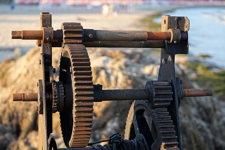 pitting: Rusty zhesterenki old winch on the beach