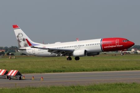 operates: PRAGA - 19 giugno: Norwegian Air Shuttle Boeing 737 atterra al PRG giugno 19,2013. Norwegian � la terza pi� grande compagnia aerea low-cost in Europa. Funziona con 64 velivoli e portato 16 milioni di passeggeri.