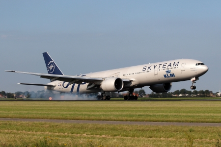 centralised: AMSTERDAM - JULY 04: Royal Dutch Airlines Boeing 777 in Sky Team livery lands at AMS on July 04,2012. SkyTeam is an airline alliance with its centralised management team. SkyTeam was founded in 2000.