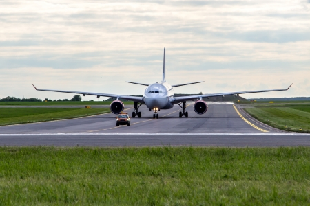 Flugzeug rollt zur folge mir Auto Standard-Bild - 25414812