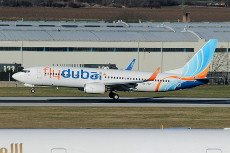 boeing: PRAGA, REPUBBLICA CECA - 13 gennaio: Flydubai Boeing 737-8KN terre a decollare dal PRG Aeroporto il 13 gennaio, 2015. Flydubai � una compagnia aerea low-cost.