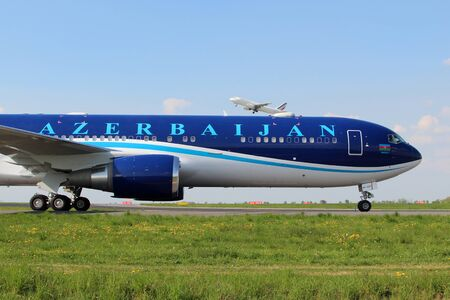PRAG, Tschechische Republik - 23. April: Aserbaidschan Airlines Boeing 767-32L / ER Taxis am Flughafen PRG am 23. April, ist 2014 AZAL die nationale Fluggesellschaft von Aserbaidschan nationale und internationale Flüge. Standard-Bild - 35832268
