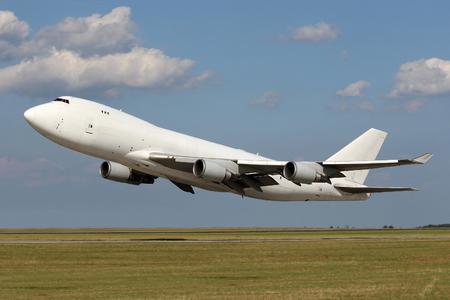 Tiefpass der großen weißen Flugzeug knapp über dem Boden Standard-Bild - 36566145