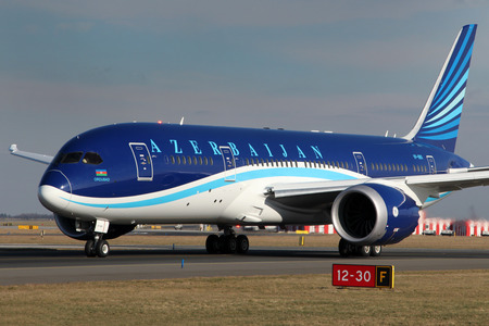PRAG, Tschechische Republik - Februar 05: Azerbaijan Airlines Boeing 787-8 Dreamliner Taxis weg von PRG Flughafen am Februar 05 zu nehmen, ist 2015 AZAL die nationale Fluggesellschaft von Aserbaidschan in Baku. Standard-Bild - 36654735