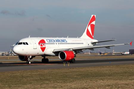 PRAG, Tschechische Republik - Februar 05: CSA - Czech Airlines Airbus A319-112 Taxis der Start aus PRG Flughafen am Februar 05 zu nehmen, ist 2015 CSA die nationale Fluggesellschaft der Tschechischen Republik. Standard-Bild - 36654737