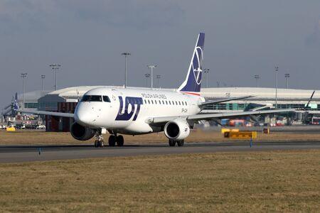 PRAG, Tschechische Republik - Februar 05: LOT - Polish Airlines Embraer 170LR Taxis der Start aus PRG Flughafen am Februar 05 zu nehmen, ist 2015. LOT die nationale Fluggesellschaft Polens. Standard-Bild - 36654741