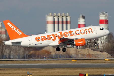 PRAG, Tschechische Republik - Februar 05: EasyJet Airline Airbus A319-111 startet von PRG Flughafen am Februar 05, 2015 Easy Jet ist eine britische Fluggesellschaft. Standard-Bild - 36654740
