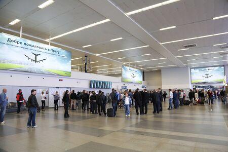 PRAG, TSCHECHISCHE REPUBLIK - 7. MAI: Ankunftshalle von Vaclav Havel Airport Prag im Mai 03,2015. Der Flughafen Prag ist der Betreiber des wichtigsten internationalen Flughafens in der Tschechischen Republik Standard-Bild - 42695676
