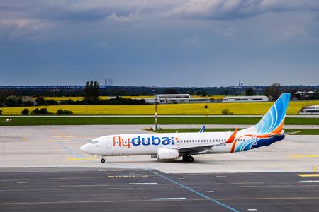 Prag, Tschechische Republik - MAY 03: Flydubai Boeing 737-8KN Taxis am Flughafen PRG auf 03,2015 Mai. Flydubai ist ein Low-Cost-Airline von Dubai. Standard-Bild - 42695678