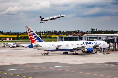 PRAG, Tschechische Republik - Mai 03: Trans Airlines Boeing 767-37E / ER steht am PRG Flughafen auf 03,2015 Mai. Transaero Airlines ist eine Fluggesellschaft mit Sitz in Sankt Petersburg. Standard-Bild - 42695680