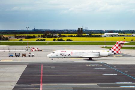 PRAG, Tschechische Republik - MAY 03: Volotea Boeing 717-2BL Taxis am Flughafen PRG am Mai 03,2015. Volotea ist eine spanische Billigfluggesellschaft. Standard-Bild - 42695682