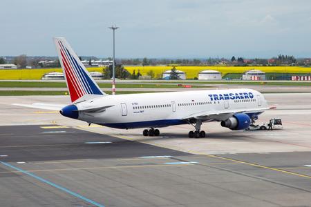 PRAG, Tschechische Republik - Mai 03: Trans Airlines Boeing 767-37E / ER steht am PRG Flughafen auf 03,2015 Mai. Transaero Airlines ist eine Fluggesellschaft mit Sitz in Sankt Petersburg. Standard-Bild - 42695685