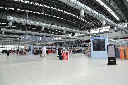 PRAG, TSCHECHISCHE REPUBLIK - MAI 07: Abflughalle von Vaclav Havel Flughafen Prag am Mai 03.2015. Der Prager Flughafen ist der Betreiber des bedeutendsten internationalen Flughafens in der Tschechischen Republik Standard-Bild - 42695686