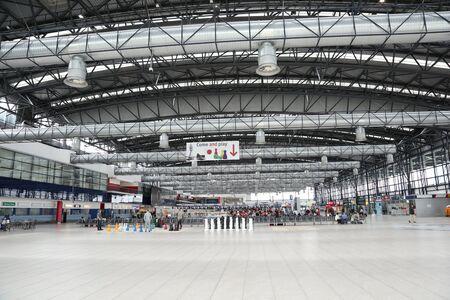 PRAG, Tschechische Republik - MAY 07: Abflughalle von Vaclav Havel Airport Prague am Mai 03,2015. Der Prager Flughafen ist der Betreiber der wichtigste internationale Flughafen in der Tschechischen Republik Standard-Bild - 42695689