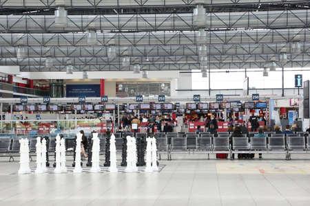 PRAG, Tschechische Republik - MAY 07: Abflughalle von Vaclav Havel Airport Prague am Mai 03,2015. Der Prager Flughafen ist der Betreiber der wichtigste internationale Flughafen in der Tschechischen Republik Standard-Bild - 42695690