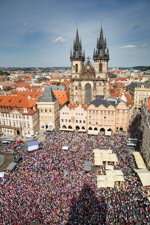 PRAG, TSCHECHISCHE REPUBLIK - 16. MAI: Tschechische Fans, die an der Welteishockey-Meisterschaft 2015 in Prags altem Marktplatz 16,2015 im Mai zujubeln. Standard-Bild - 42695760