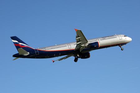 PRAG, Tschechische Republik - 13. Mai: Aeroflot - Russian Airlines Airbus A321-211 von PRG Flughafen am 13. Mai startet 2015 Aeroflot ist die nationale Fluggesellschaft und die größte Fluggesellschaft der Russischen Föderation. Standard-Bild - 42696737