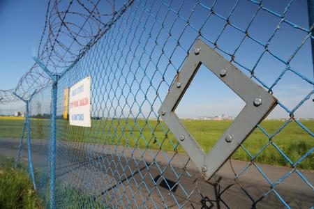 PRAG, Tschechische Republik - 13. MAI: Official Loch im Zaun für Spotter auf dem Flughafen in Prag am 13. Mai 2015 ist Spotter ein Fotograf, der in der Nähe des Flughafens und Fotografieren Flugzeuge wartet. Standard-Bild - 42696738