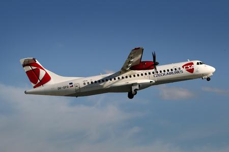PRAG, Tschechische Republik - 13. Mai: CSA - Czech Airlines ATR-72-500 nimmt von PRG Flughafen am 13. Mai 2015. Die CSA ist die nationale Fluggesellschaft der Tschechischen Republik ab. Standard-Bild - 42696739