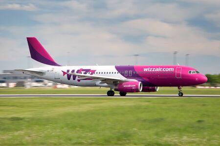 PRAG, Tschechische Republik - 13. MAI: Wizz Air Airbus A321-211 landet auf PRG Flughafen am 13. Mai 2015 Wizz Air ist eine ungarische Billigfluggesellschaft. Standard-Bild - 42696745