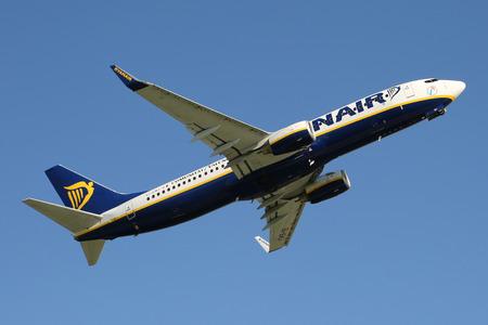 PRAG, TSCHECHISCHE REPUBLIK - 13. MAI: Ryanair Boeing 737-8AS hebt vom PRG-Flughafen am 13. Mai 2015 ab. Ryanair ist eine irische Billigfluglinie. Standard-Bild - 42696747