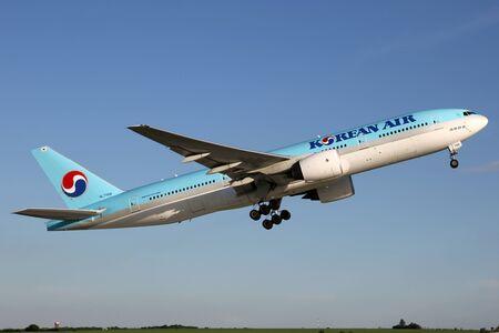PRAG, Tschechische Republik - 13. MAI: Korean Air Boeing 777-2B5ER startet von PRG Flughafen am 13. Mai 2015 wird Korean Air die nationale Fluggesellschaft von Südkorea. Standard-Bild - 42696749