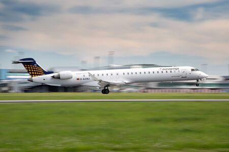 PRAG, Tschechische Republik - 13. Mai: Eurowings Bombardier CRJ-900 NG landet bei PRG Flughafen am 13. Mai 2015 Eurowings ist eine deutsche Billigfluggesellschaft in Dsseldorf basiert. Standard-Bild - 42696751
